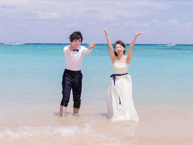 【オリジナリティあふれる写真を!】フォトウェディングに密着☆ドレスで海の中に入っちゃおう!