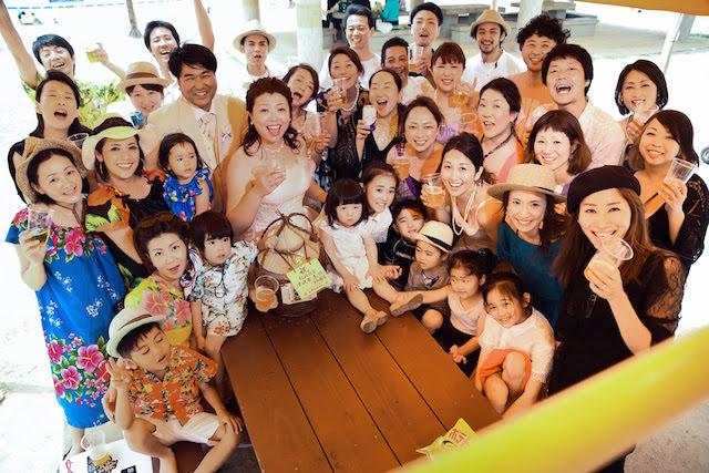 【友だちみーんな巻き込んで、沖縄らしい賑やかなショットを!】2人の希望に寄り添う「DOR WEDDING OKINAWA」ロケフォト&BBQを取材してきました♪