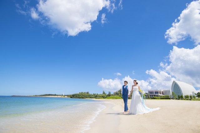 沖縄の海でリゾート婚!『読谷村アクアグレイス・チャペル』のラグジュアリーな結婚式を詳しくご紹介♪(口コミ多数)