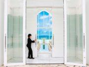 琉球ガラスのバージンロードと美ら海に魅せられる『アールイズ・スイート~海の教会』
