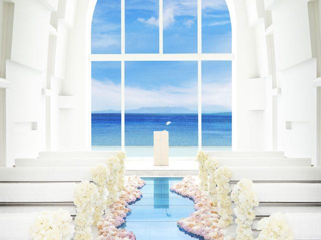 バージンロードに感動!恩納村の『アールイズ・スイート ~海の教会~』の素敵な結婚式(口コミ多数)