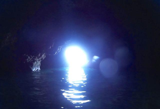 真っ暗に差し込む光が神秘的