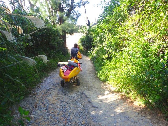 シーカヤックを海へ運ぶ:恩納村シーカヤック