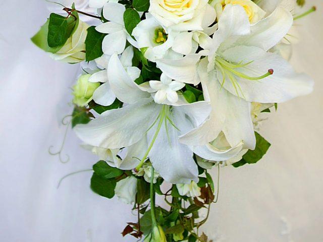 カサブランカの花言葉は花嫁そのもの!沖縄リゾ婚に合うブーケ4選